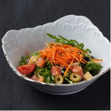 Салат из лосося с маслинами